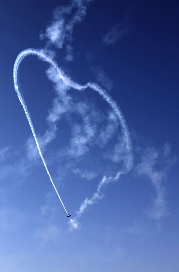10. Член британской пилотажной группы Марк Джефферис образует сердце в небе во время Международного авиашоу в Сакхире, Бахрейн. (AP Photo/Hasan Jamali)