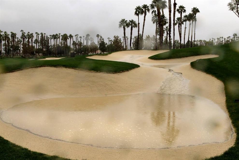 10. Лужа в песочнице на частном гольф-клубе в «PGA West» в Ла Куинта, Калифорния. Турнир по гольфу «Bob Hope Classic» пришлось отложить из-за штормов, накрывших южную Калифорнию. (Stephen Dunn / Getty Images)