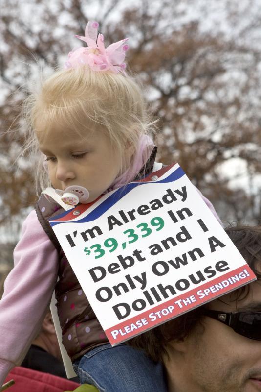 10. Демонстранты всех возрастов держат баннеры и плакаты на митинге «Американцы за процветание» у Капитолия в Вашингтоне 15 декабря 2009 года. (UPI/Madeline Marshall)