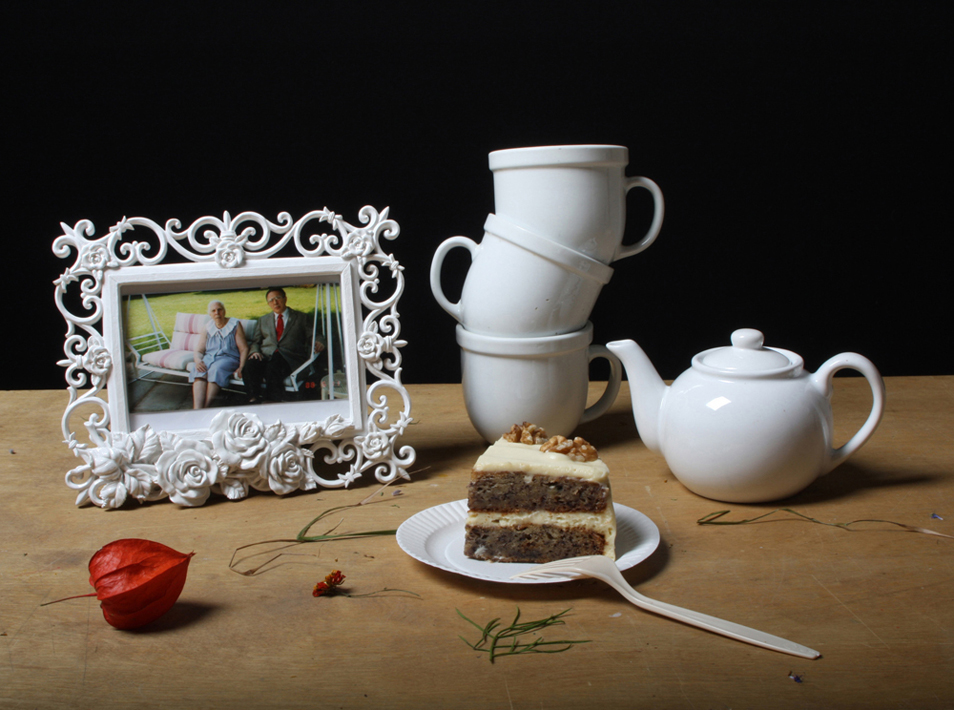 10) Натюрморт с чайным сервизом, фоторамкой и пирогом. (© Justine Reyes)