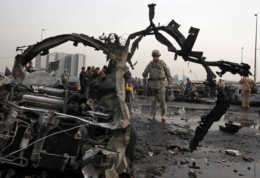 11. Американский солдат исследует место взрыва на стоянке у правительственного здания в Багдаде. (AP Photo/Khalid Mohammed)