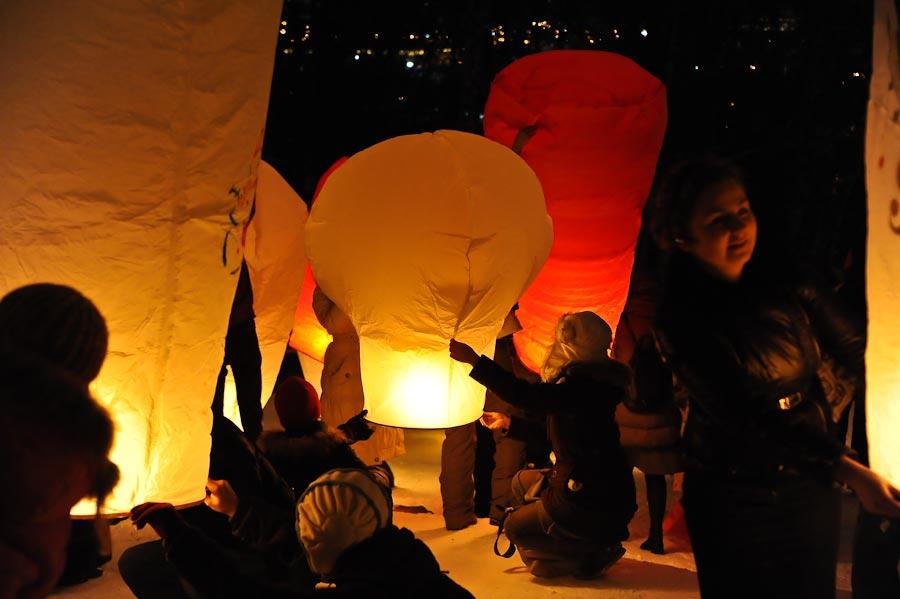 """1) """"Подарим себе праздник на Старый Новый год! Есть идея - запустить в небо стайку летающих новогодних фонариков с Воробьевых гор!"""" - написала девушка в профильном сообществе 9 января."""