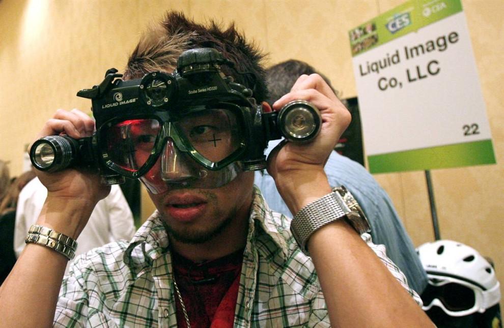 11. Посетитель CES надел устройство «Liquid Image Scuba Series HD320» во время пресс-конференции на Международной выставке технологий 2010. На выставке ожидается около 110 000 посетителей. (Mario Anzuoni / Reuters)