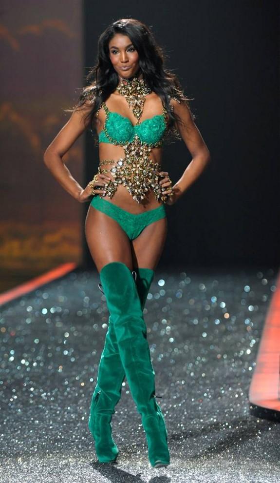 11. Модель идет по подиуму на шоу Victoria's Secret 2009. (Peter Foley / EPA0
