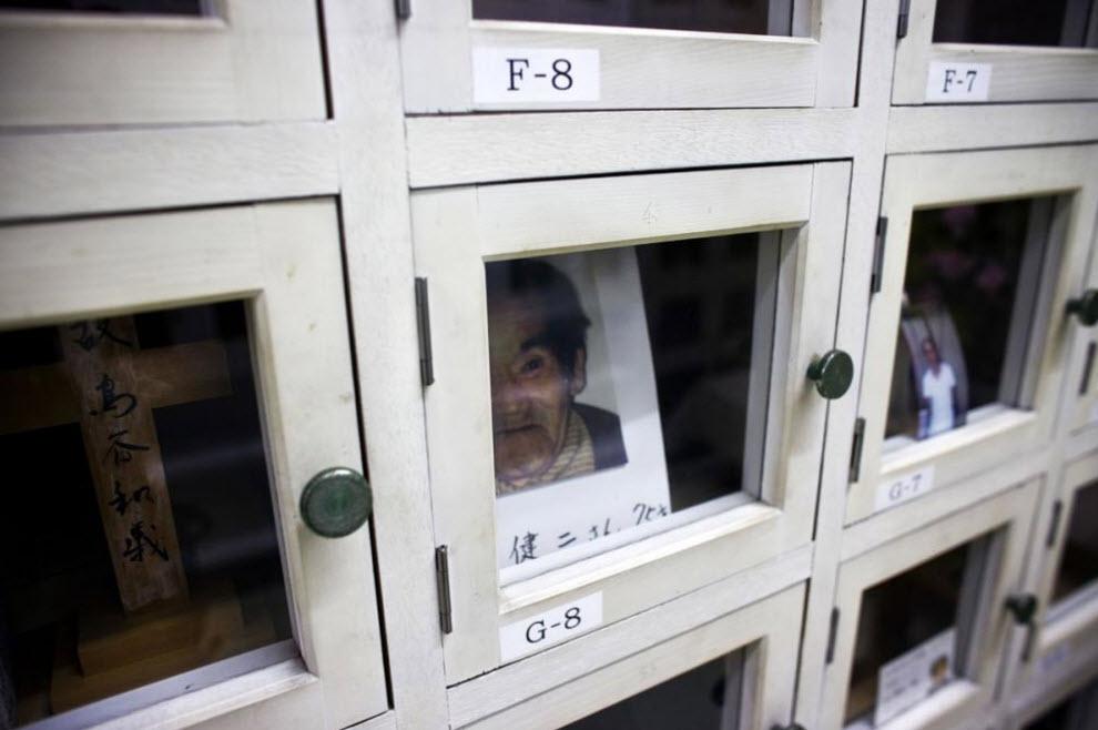 9. Останки рабочего, у которого нет родственников, находятся в ячейке некоммерческой организации 14 января 2009 года в Осаке. (Shiho Fukada)