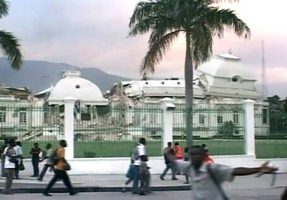 11. Президентский дворец на Гаити стал одной из жертв землетрясения. Здание министерства финансов, министерство общественных работ и здание суда также были разрушены. (Reuters TV / Reuters)