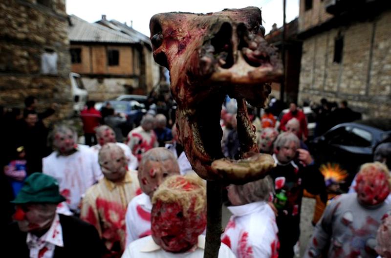 11) Карнавал в Вевчани – это, по сути, театр без стен. У карнавала есть традиционные маски: жених и невеста, Августейший Глупец, музыканты. (REUTERS/Ognen Teofilovski)