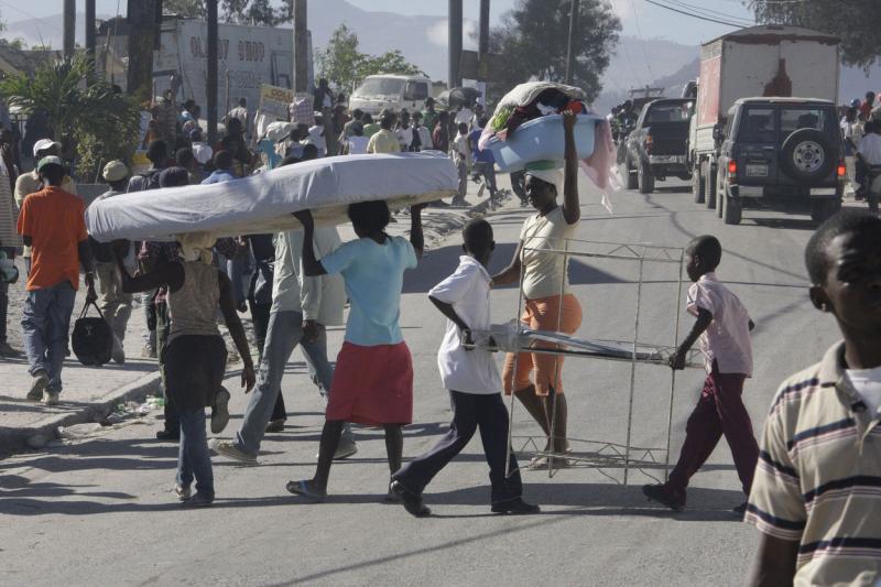 11. Местные жители на улице Порт-о-Пренс 16 января 2010 года после землетрясения. (UPI/Anatoli Zhdanov)