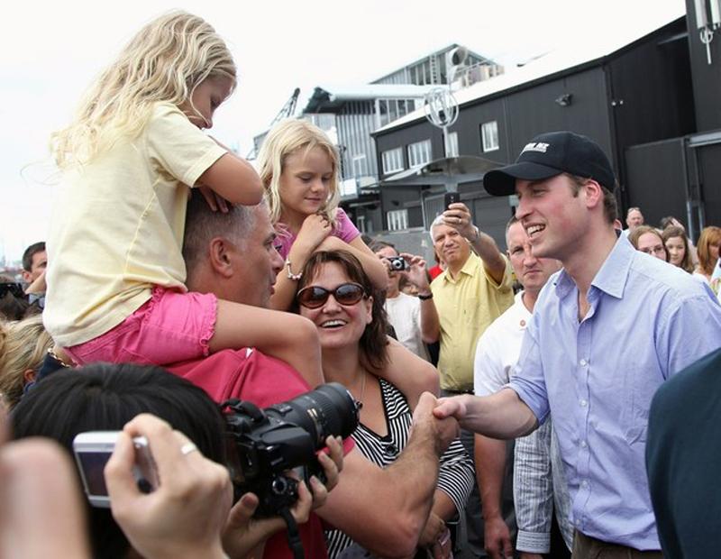 2) Принц Уильям встречается с местными жителями после высадки с America's Cup яхты в гавани Окленда. (Chris Jackson/Getty Images)