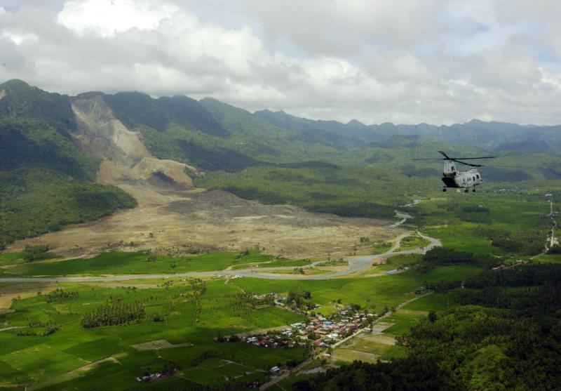 11) Вертолет «CH-46E Sea Kinight» исследует район, в котором 17 февраля 2006 года сошел оползень, в Сент Бернарде, республика Филиппины. (UPI Photo/ Michael D. Kennedy/US NAVY)