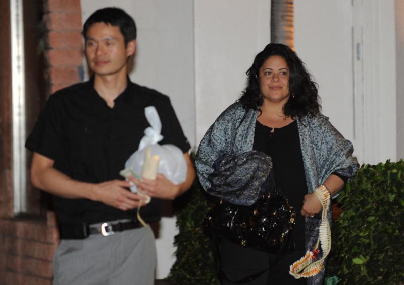 11. Сестра президента Бараки Обамы Майя Соеторо-Нг и Конрад Нг выходят из ресторана после ужина с президентом США в Гонолулу 27 декабря 2009 года. (UPI/Cory Lum/Pool)