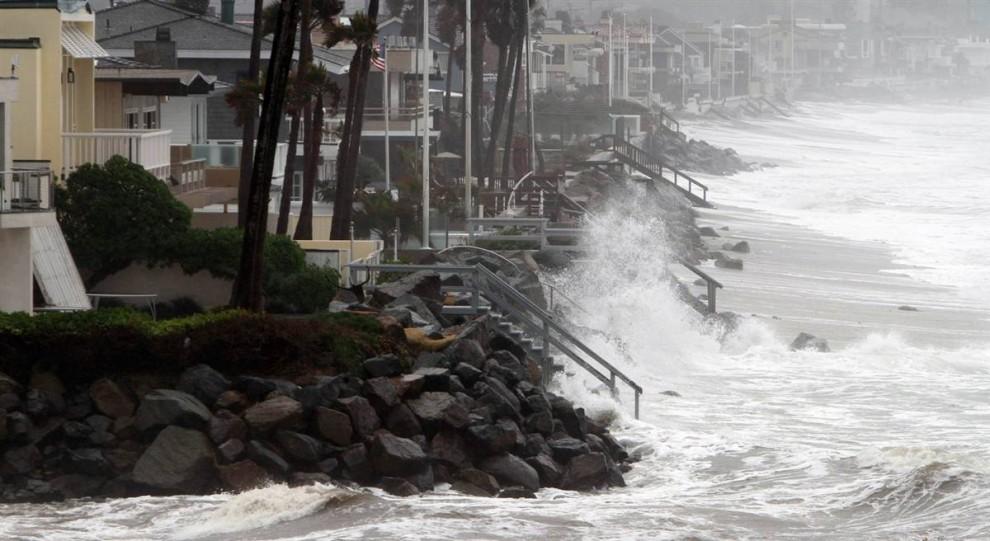 11. Волны Тихого океана накрывают дома за несколько миллионов долларов на побережье в Дель Маре, Калифорния. (Lenny Ignelzi / AP)