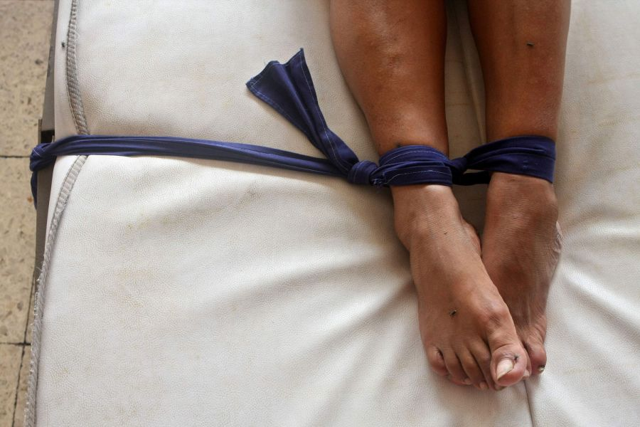11. Пациентку привязали к кровати во время лечения в женском отделении клиники в Манагуа 15 октября 2008 года. (AP Photo/Esteban Felix)