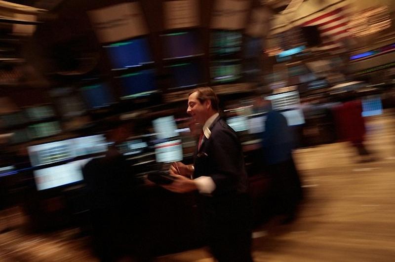 15) Финансист идет по этажу Нью-Йорской фондовой биржи во время окончания первого в году дня торгов.(Chris Hondros/Getty Images)