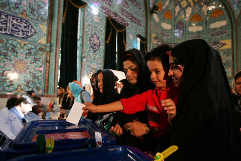 11. Молодой иранец помогает бросить бюллетень на выборах в Тегеране 12 июня 2009 года. (UPI Photo/Hossein Fatemi)