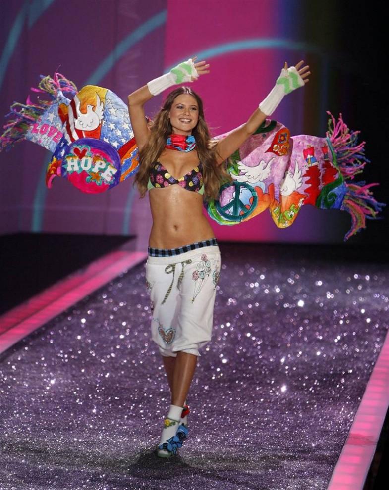 12. Модель приветствует публику в наряде  в стиле хиппи на шоу Victoria's Secret 2009. (Jason Decrow / AP)