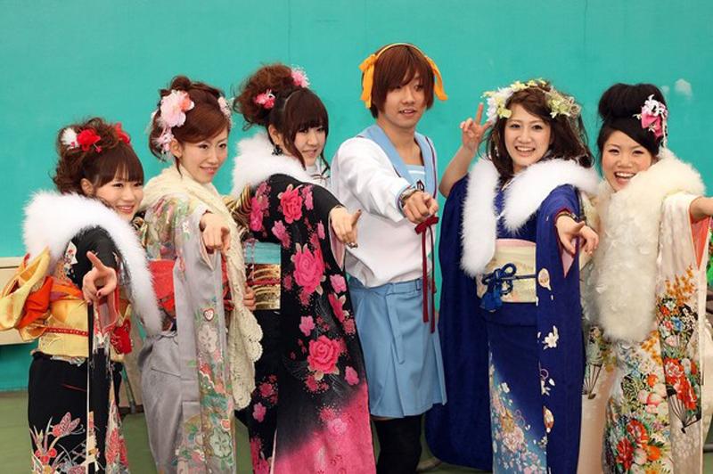 12) Отмечающие своё совершеннолетие японки одевают дорогие зимние кимоно особого покроя с длинными рукавами — фурисодэ. (Koichi Kamoshida/Getty Images)