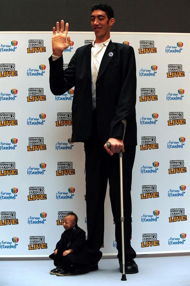2) Рост же самого маленького человека всего лишь 2 фута  5,37 дюйма (74,61 см). (Burak Kara/Getty Images)