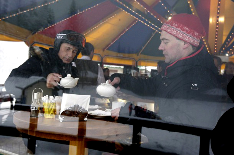 11) Дуэт также заглянул ненадолго в кафе. (REUTERS/RIA Novosti/Kremlin/Dmitry Astakhov)