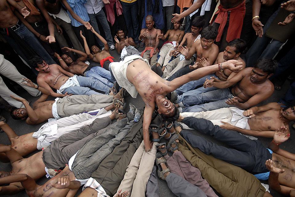 14)  Участники акции протеста в южном индийском городе Хайдарабад требуют отделения от Индии. (Krishnendu Halder/Reuters)