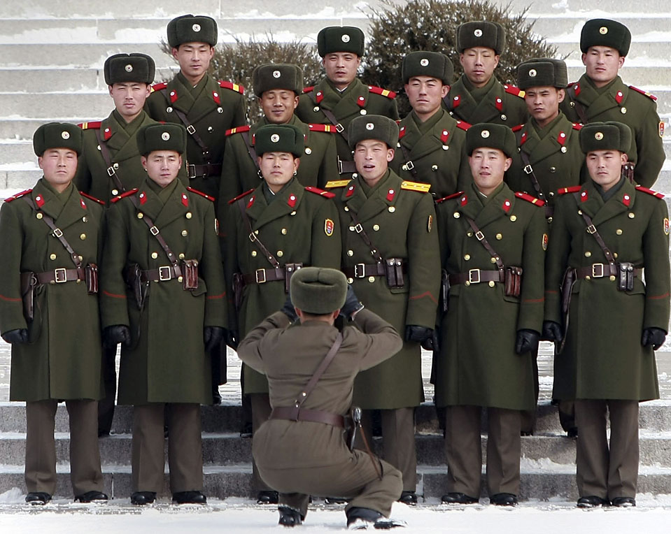 15) Северокорейские солдаты фотографируются со своими сослуживцами в деревне Пханмунчжом, которая расположена в демилитаризованной зоне между двумя Кореями. (Choi-Jae-Gu/Reuters)
