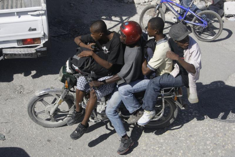 12. Местные жители Порт-о-Пренс через несколько дней после землетрясения. (UPI/Anatoli Zhdanov)