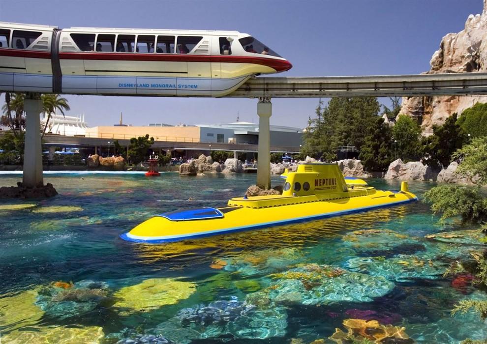 12) Первоначальные субмарины диснеевской Подводной Одиссеи, знаменитого аттракциона, много лет проработавшего в калифорнийском парке, сильно отличаются от современных, на которых посетители погружаются в пучину в поисках Немо. Теперь, во время подводной экскурсии гости могут поближе познакомиться с героями мультфильма «В поисках Немо» от Disney-Pixar.( Paul Hiffmeyer / Disneyland)