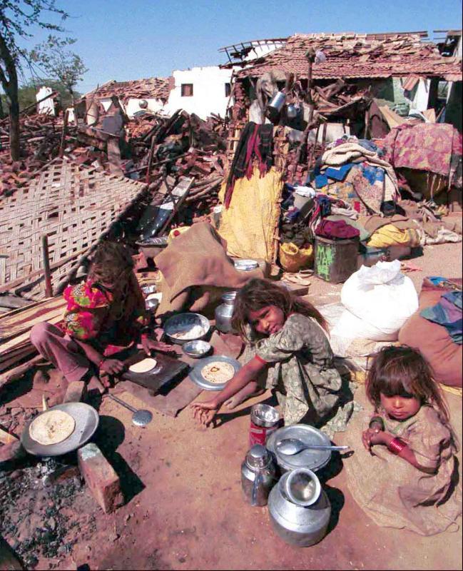 12) 30 января 2001 года Бхудж, Индия, оказался в руинах, уничтоженный сильным землетрясением, в результате которого погибли тысячи индусов. (rw/Stringer/UPI)