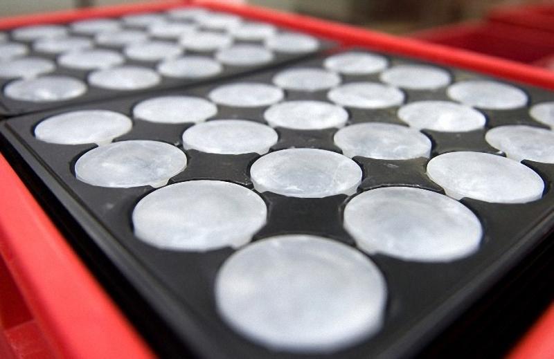 12) Они могут выглядеть как гигантские леденцы от кашля, но эти шайбы сырого стекла предназначенные для шлифовки и полировки на элементы для объектива Leica 21mm f/1.4. Компания покупает стекло у крупнейших производителей по всему миру, в зависимости от оптической чистоты, наличия и цены.