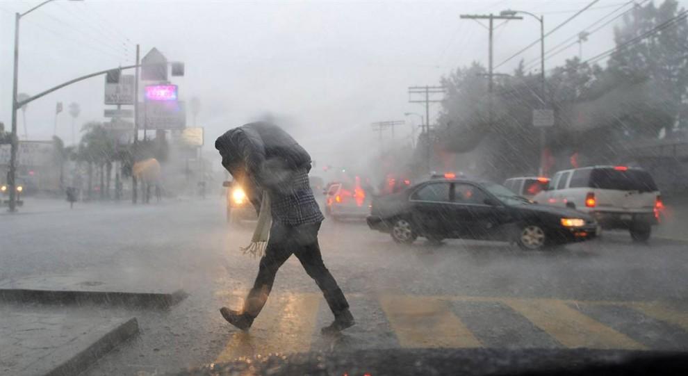 12. Сильный ливень в Лонг Бич, штат Калифорния. Улицы по всему городу были затоплены. (Andrew Gombert / EPA)