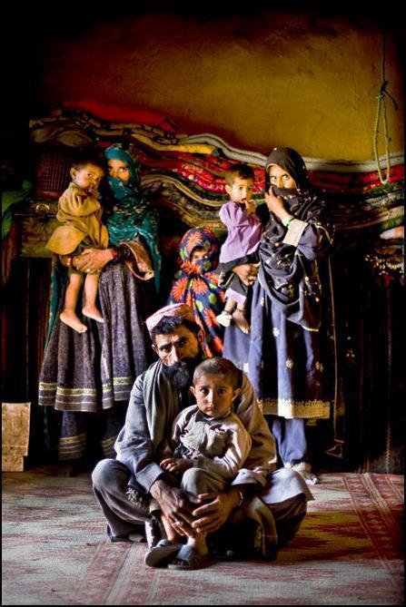 12) Отец с двумя женами и детьми.