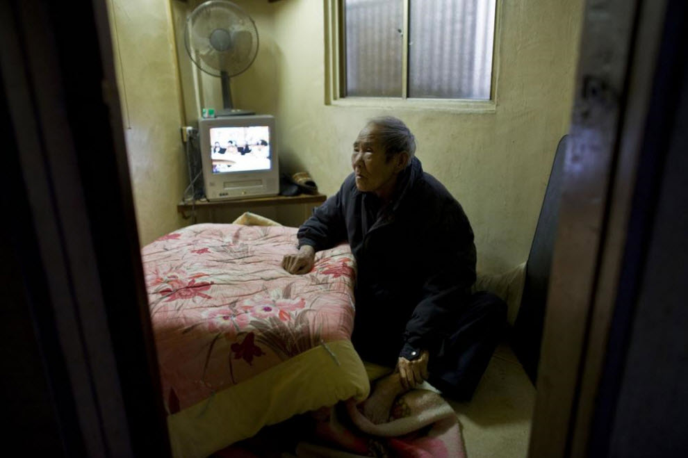 11. 74-летняя Хироми Окамото живет в крошечной комнатке, за которую она платит за счет социального пособия, 19 января 2009 года в Осаке. (Shiho Fukada)