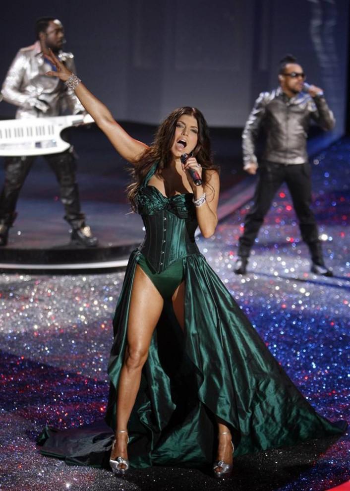 13. Ферги из «Black Eyed Peas» выступает на шоу Victoria's Secret 2009. (Jason Decrow / AP)