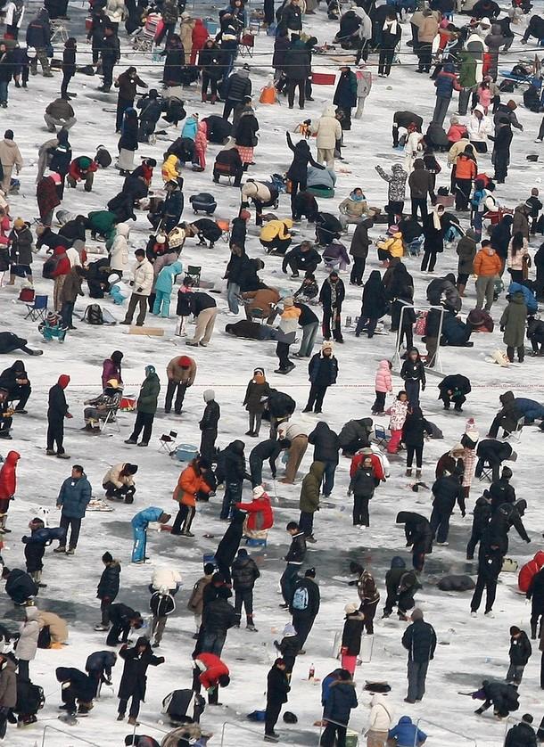 2) Около ста тысяч любителей зимней ловли участвуют в мероприятии.(Chung Sung-Jun/Getty Images)