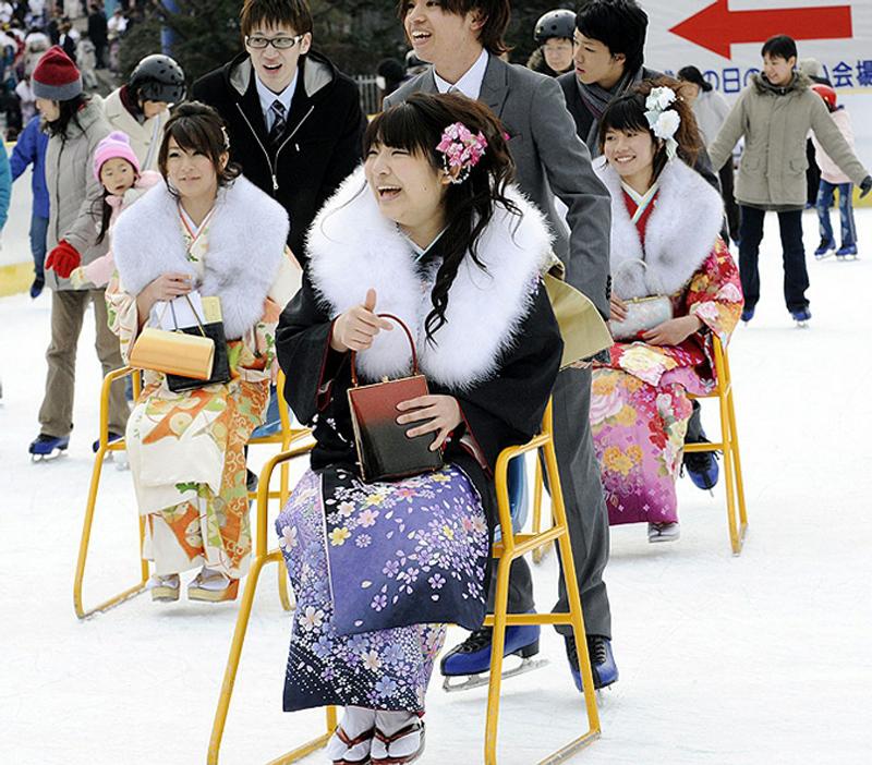 10) После всех церемоний, ритуалов и лекций празднование завершается в барах, ресторанах или караоке. (AP)