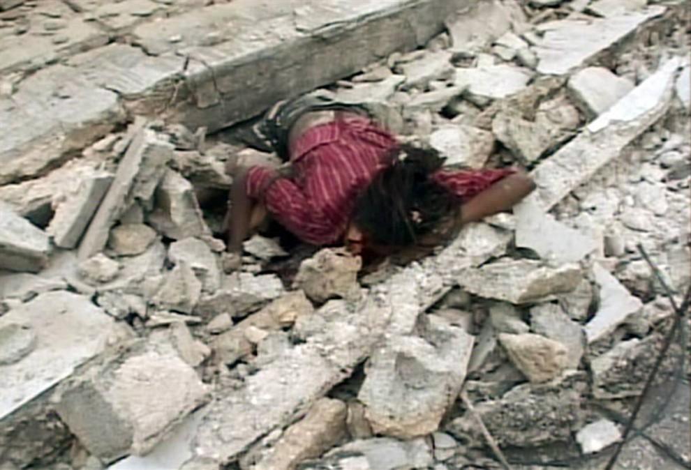 13. Тело жертвы землетрясения в Порт-о-Пренс. (Reuters TV / Reuters)