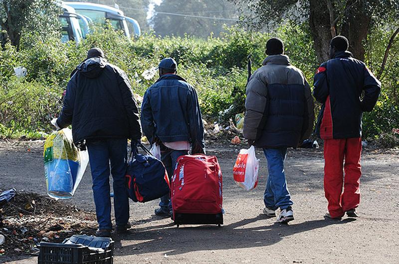 14) Многие мигранты, большинство из которых работают сборщиками фруктов на цитрусовых фермах за 20 евро в день, живут в крайне тяжелых условиях.