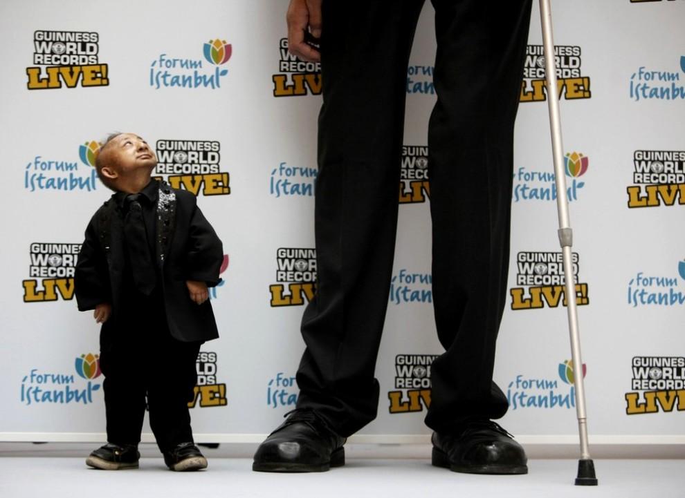 1) Самый высокий человек в мире имеет рост 8 футов 1 дюйм (246,5 см). (REUTERS/Osman Orsal)