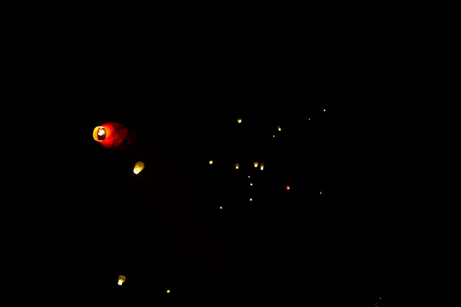 13) Летающие фонарики не запрещены, как фейерверки, в них только бумага.