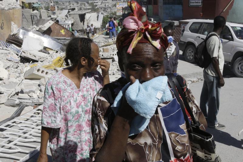 13. Местные жители на разрушенной улице Порт-о-Пренс 16 января 2010 года. (UPI/Anatoli Zhdanov)