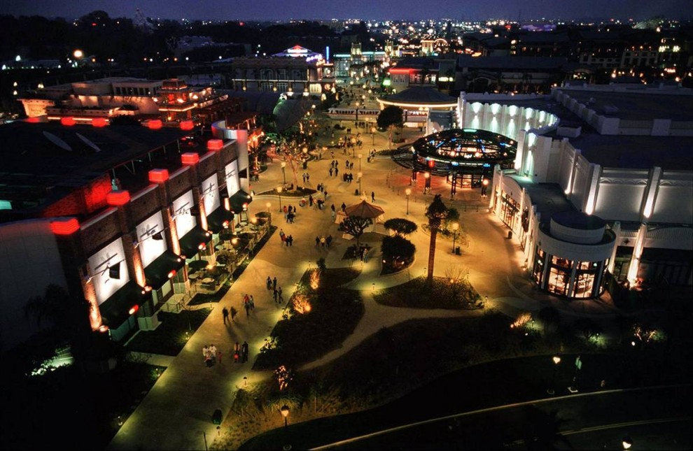13) В Даунтаун Дисней можно погулять, поесть и сделать покупки. Аллея на снимке ведет к самому Диснейленду и парку Калифорнийских Развлечений. (Disneyland)