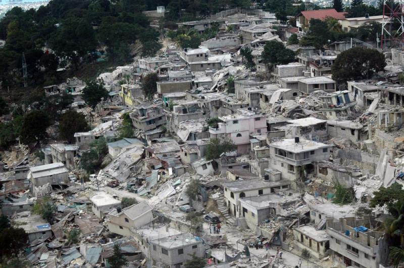 13) Столица Гаити Порт-о-Пренс после землетрясения 13 января 2010 года. Снимок сделан из вертолета организации Красного Креста. (UPI/American Red Cross)