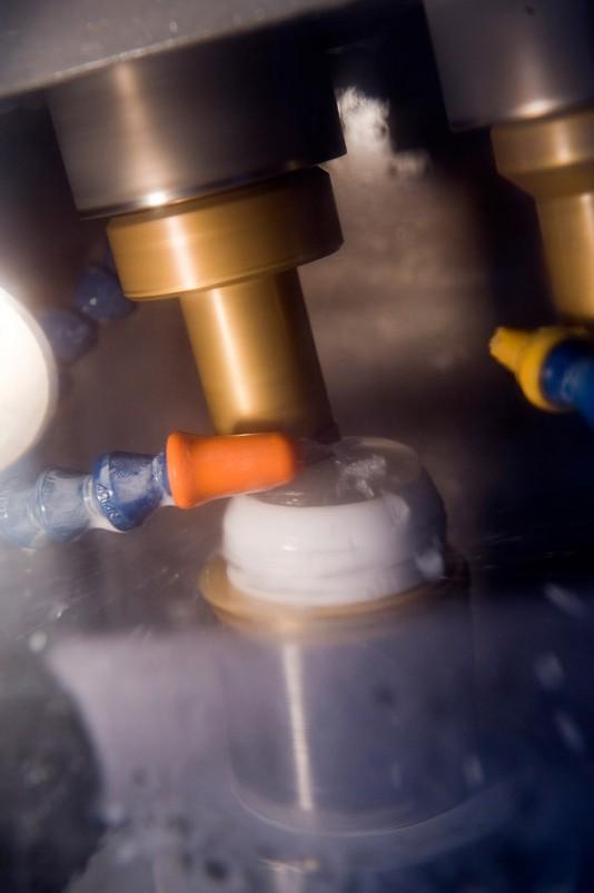 13) Значительная часть производственного оборудования на заводе Зольмс произведена под заказ, по спецификациям Leica, и часто использует собственные процессы, которые компания держит в тайне.