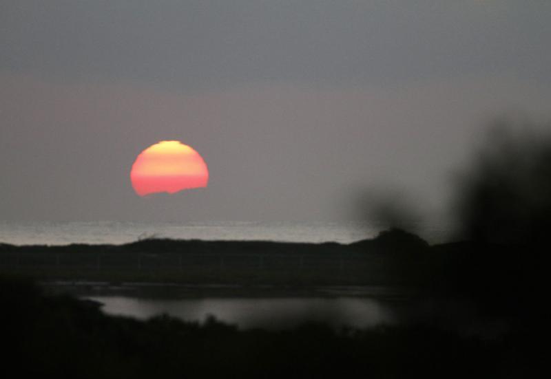 13. Солнце встает над Тихим океаном 28 декабря 2009 года в Каилуа, Гавайи, где президент США Барак Обама и его семья остановились на 11-дневные каникулы. (UPI/Kent Nishimura/Pool)