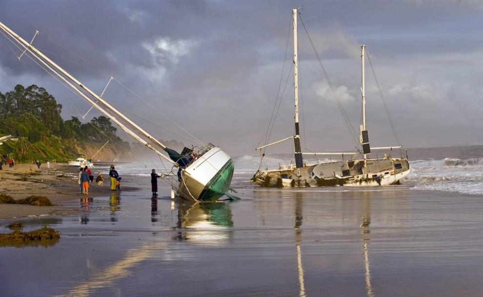 13. Лодки, смытые сильным ветром и волнами со своего места стоянки, лежат на пляже в Санта Барбаре, Калифорния. (P.J. Heller / Zuma Press)