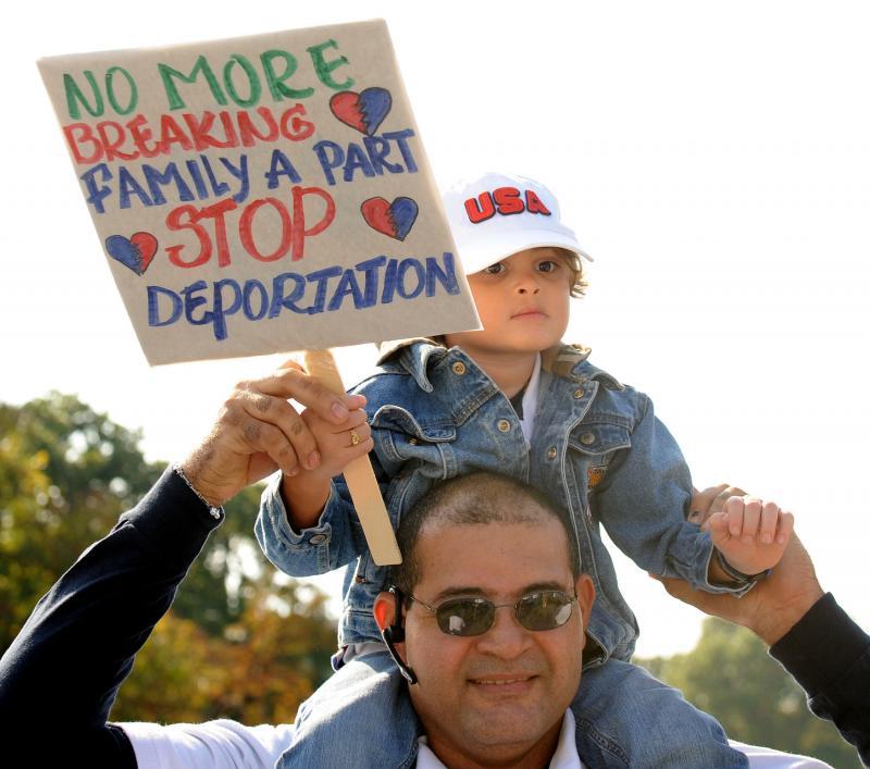 13. Уроженец Доминиканской республики со своим трехлетним сыном Эндрю, рожденным в США, принимают участие в митинге за реформу иммиграции на газоне Капитолия в Вашингтоне 13 октября 2009 года. (UPI/Roger L. Wollenberg)