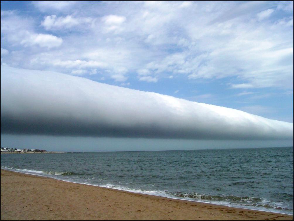 13) Необычное облако в Уругвае.
