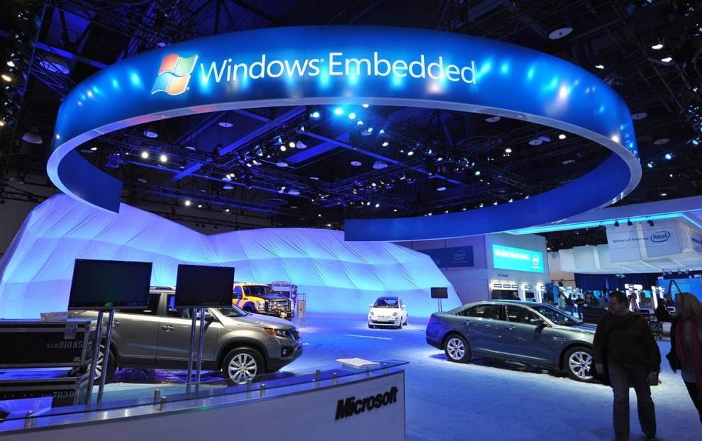 13. Посетители выставки проходят мимо стенда «Microsoft» перед открытием шоу CES. (Robyn Beck / AFP - Getty Images)