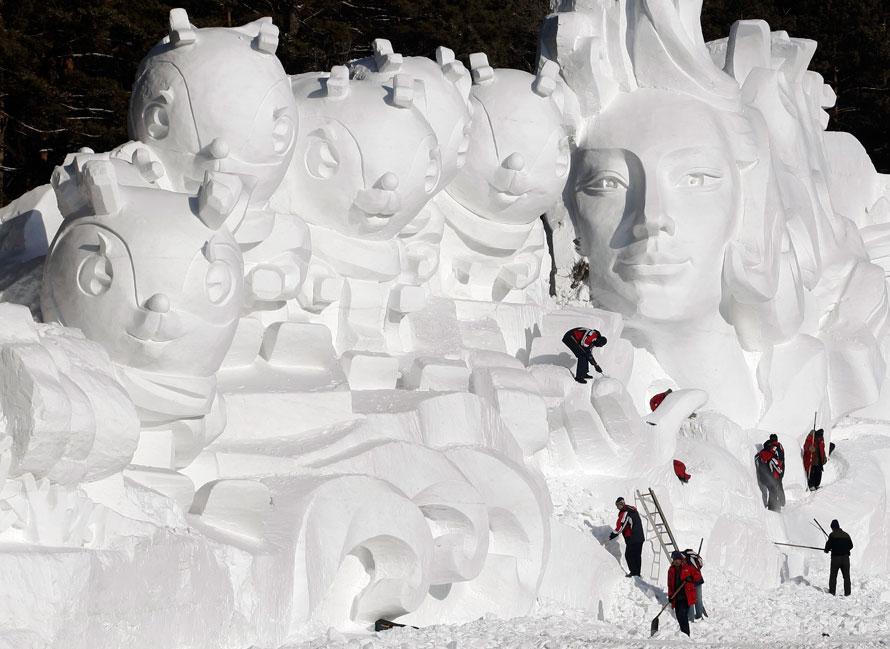 14. Скульпторы работают над снежной скульптурой для предстоящего события «Vasaloppet China 2010» в Чанчуне в северо-восточной провинции Китая Жилин. (AP Photo)
