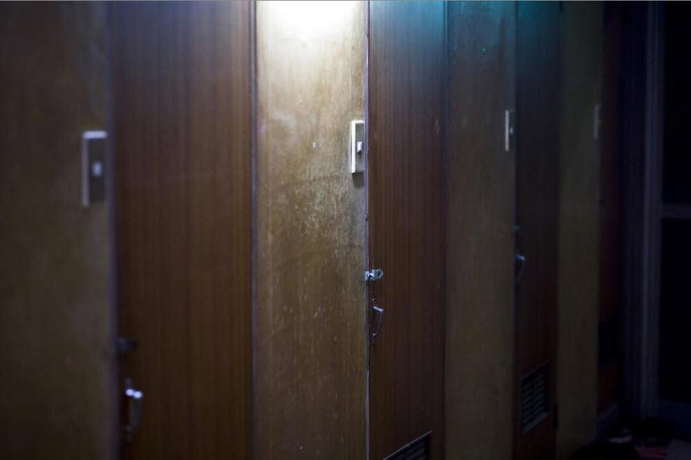 12. Двери дешевого мотеля, где живут рабочие-поденщики и лица, получающие пособия, 19 января 2009 года в Осаке. (Shiho Fukada)